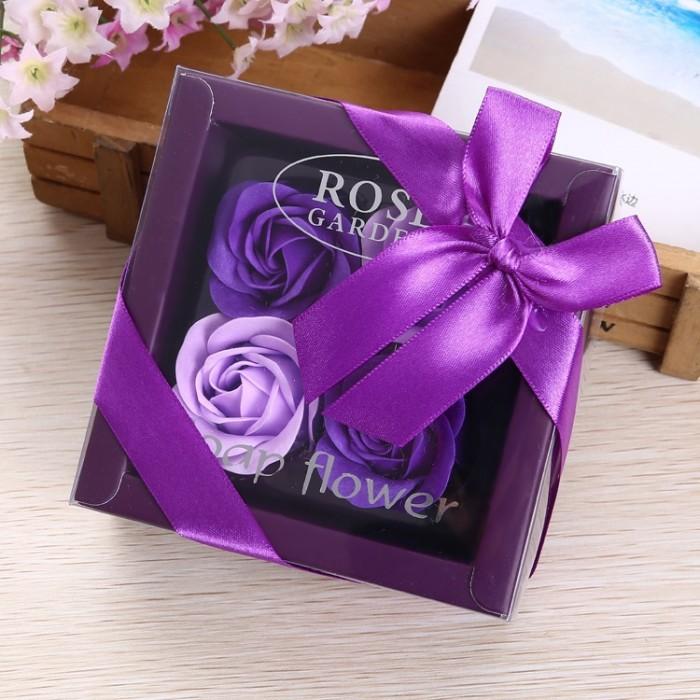 Hoa hồng sáp 4 bông hộp nơ là sản phẩm được tạo hình đẹp mắt và sống động cùng hương thơm quyến rũ, là quà tặng thú vị mà bạn có thể lựa chọn để dành cho người mà mình yêu quý.