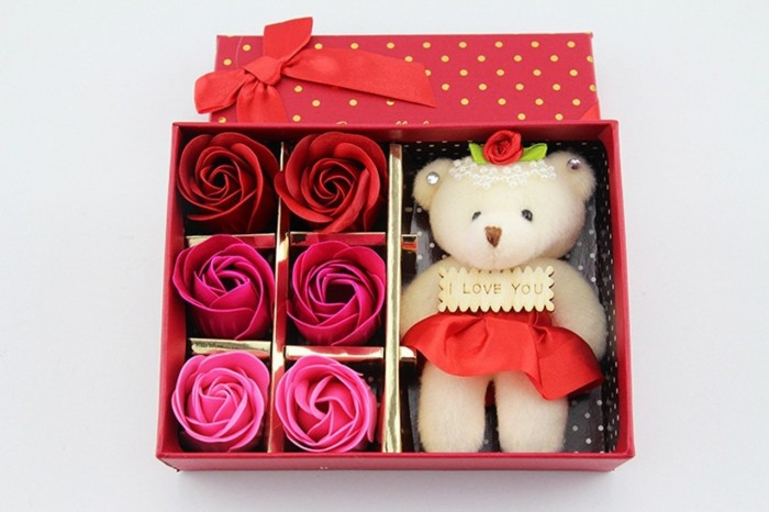 Cuốn hút bạn ngay từ cái nhìn đầu tiên chính là sự chân thực đến sống động từ những đóa hoa hồng được làm từ sáp. Đôi bàn tay khéo léo của những người thợ đã góp phần tạo nên những cánh hoa mềm mại, tự nhiên cùng màu sắc nổi bật, để bạn có thể dễ dàng lựa chọn theo sở thích cũng như thầm nhắn gửi thông điệp yêu thương đến người nhận.