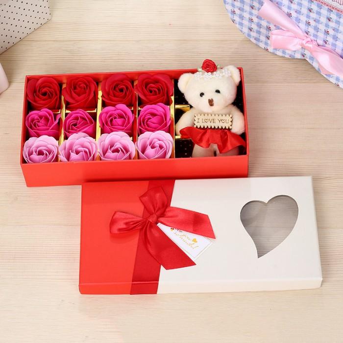 Hoa hồng sáp 12 bông kèm gấu là sản phẩm được tạo hình đẹp mắt và sống động cùng hương thơm quyến rũ, là quà tặng thú vị mà bạn có thể lựa chọn để dành cho người mà mình yêu quý.