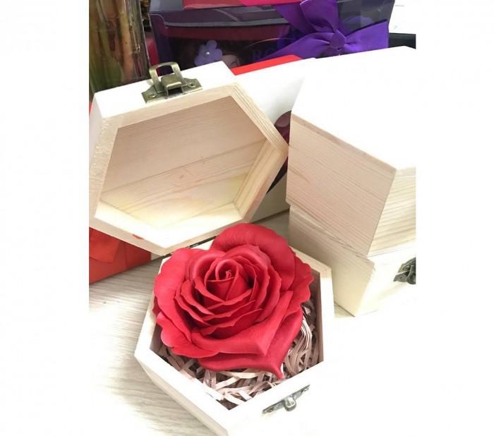 Hoa hồng sáp thơm kèm hộp gỗ là sản phẩm được tạo hình đẹp mắt và sống động cùng hương thơm quyến rũ, là quà tặng thú vị mà bạn có thể lựa chọn để dành cho người mà mình yêu quý.