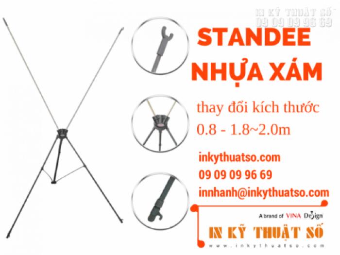 Standee nhựa xám thay đổi kích thước •Quy cách: 0.8m x 1.8m ~ 2m •Trọng lượng: 1.3kg •Mô tả: Sắt phun sơn xám, cây chống nhựa đen, móc nhựa inox 0