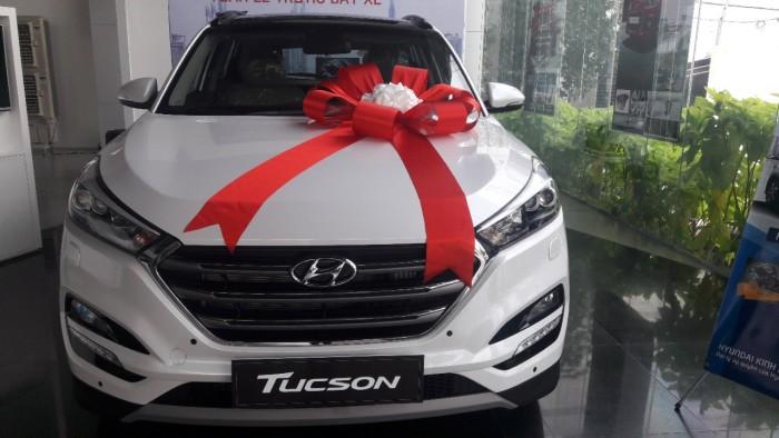 Bán xe Hyundai Tucson 2.0AT 2WD đời 2017, màu trắng, giá chỉ 815 triệu
