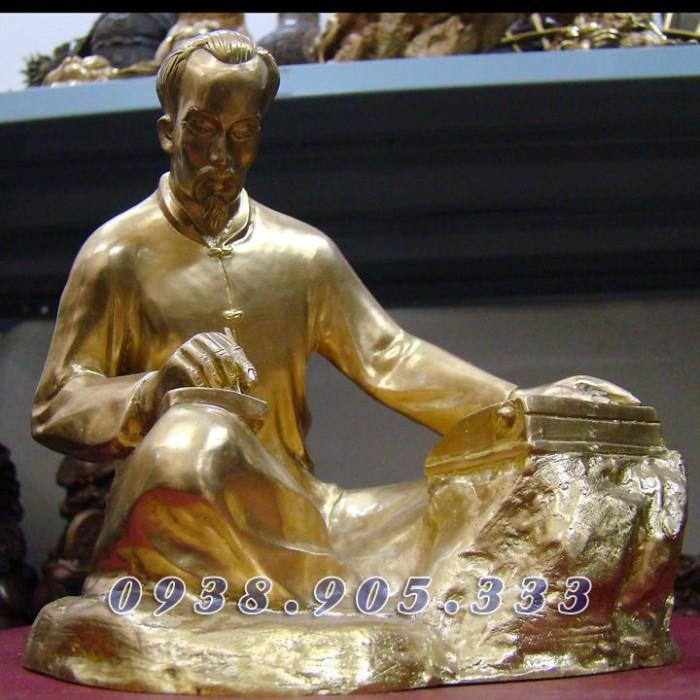 Tượng đồng Bác Hồ ngồi viết sách, dịch sử Đảng bằng đồng nguyên chất4