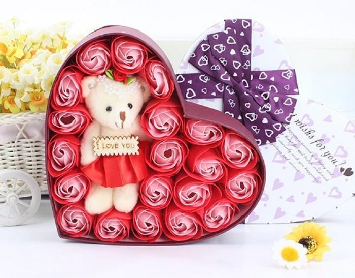Hoa hồng sáp 17 bông kèm gấu trái tim giấy là sản phẩm được tạo hình đẹp mắt và sống động cùng hương thơm quyến rũ, là quà tặng thú vị mà bạn có thể lựa chọn để dành cho người mà mình yêu quý.
