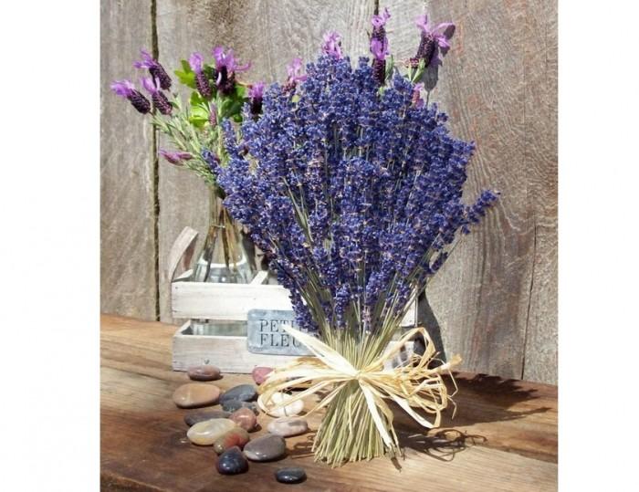 Không chỉ lấy tinh dầu, oải hương còn được sử dụng làm túi bột thơm, hoa ướp khô. Cách đơn giản nhất để lưu giữ hương thơm oải hương quanh năm là bó hoa thành những bó nhỏ hoặc bỏ trong túi vải để trong phòng. - Ở những nơi có khí hậu khô, hoa lavender khô có thể thơm suốt 5 năm và còn có thể lâu hơn nữa.