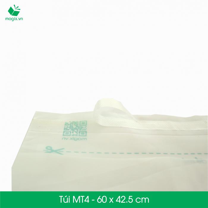 Túi nilon giao hàng được xem là sản phẩm đóng gói lý tưởng vì khả năng sử dụng đa dạng, hiệu quả và tiết kiệm chi phí so với hộp carton đóng gói. Túi nilon giao hàng cũng được sử dụng rộng rãi phục vụ cho nhu cầu của các doanh nghiệp như: đựng hồ sơ, catalogue, đặc biệt là trong thương mại điện tử và vận chuyển.  Các ưu điểm vượt trội của túi nilon đóng gói so với túi nilon thường  Tiện lợi & an toàn - Túi có sẵn đường băng keo nêm phong; chỉ cần tháo và dán. Thẩm mỹ và bền bỉ - Sản xuất bằng vật liệu nhựa trơn và bền giúp không bị nhăn và rách trong quá trình vận chuyển. Nhanh chóng - Bảng thông tin giao hàng (người gửi, người giao, địa chỉ giao hàng, giá trị đơn hàng...) được in sẵn trên túi Thân thiện môi trường - Túi được sản xuất từ nguyên liệu tái chế và có khả năng tự phân hủy. Túi nilon giao hàng dùng cho các sản phẩm sau:  Sản phẩm có tính đàn hồi: quần áo, thời trang, vải, da, nhựa dẻo… Sản phẩm đã có hộp cứng sẵn đi kèm. Sản phẩm không có các vật cạnh nhọn. Sản phẩm không có khả năng chịu ẩm và cần được chống thấm.  Đặc điểm kĩ thuật    Mã sản phẩm:  MT4   Kích thước:  60x45.5 cm   Độ dài miệng túi:  4.8 cm   Độ dài băng keo dán:  1.5 cm   Độ dày túi:  50micron +/-10%   Số lượng túi tối thiểu 1 lần đặt: 25 túi   Lưu ý: Túi nilon không được dùng để đóng gói hàng dễ vỡ (thủy tinh, có chứa chất lỏng, đồ điện tử...). Để bảo đảm an toàn cho các sản phẩm này, Magix đề xuất bạn nên sử dụng hộp carton đóng gói đã đạt chuẩn có sẵn trên website của Magix.4