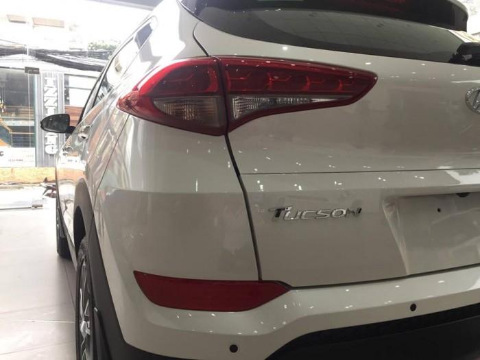 Đèn hậu LED 3D Hyundai Tucson được trang bị đèn hậu dạng LED, có khả năng hiển thị ánh sáng 3 chiều, giúp tăng cường độ an toàn khi vận hành, đồng thời đem đến hiệu quả thẩm mỹ cao, thu hút mọi ánh nhìn.