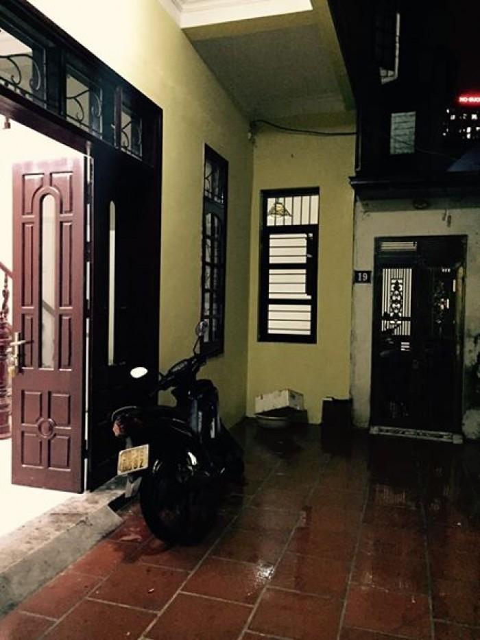 Nhà mặt phố Hàng Chỉnh, Hoàn Kiếm:  60m2 , mặt tiền 5m. vỉa hè rộng, bán phụ tùng otô tốt.