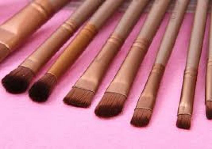 4. Cọ má hồng (Blush Brush): Trông chất liệu và hình dáng gần giống như cọ phủ phấn nhưng có thể nhỏ hơn 1 chút với đầu cọ hơi chéo hoặc tròn. Chẳng có gì thay thế được cọ này nếu bạn muốn tán màu Bronzer để tạo hình khối cho gương mặt.8