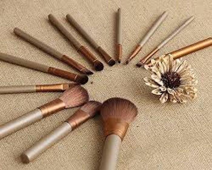 6. Cọ phấn mắt (Eyeshadow brush): Không cứng như cọ lông mày, cọ phấn mắt có đầu vuông được sử dụng để áp dụng đồng đều màu trên mí mắt.10