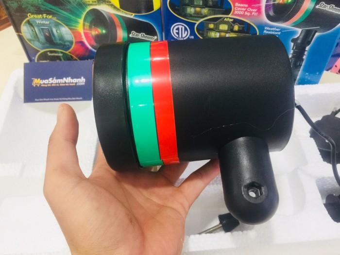 Ánh sáng kì diệu, mờ ảo từ đèn phát ra với 2 màu sắc chủ đạo là xanh và đỏ