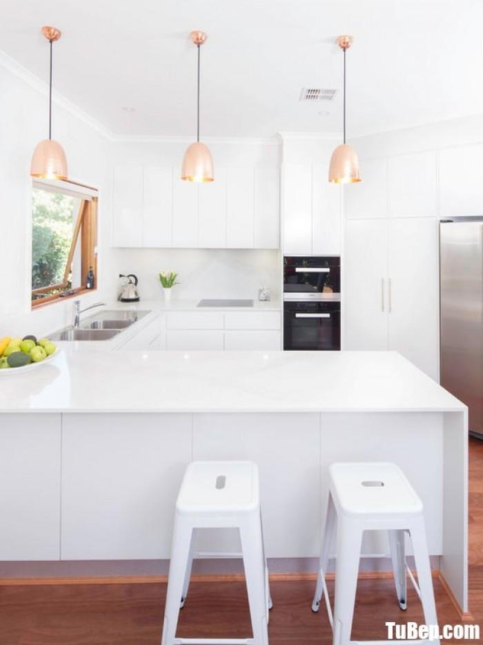 Tủ bếp chữ U chất liệu Acrylic bóng gương gam màu trắng sang trọng – TBN0047 + Chất liệu và xuất xứ: Chất liệu Acrylic EU + Màu sắc và đặc tính: trắng  + Hình dạng kích thước:Tủ bếp được thiết kế dạng chữ U theo phong cách hiện đại + Loại nhà và diện tích đặt bếp: Căn hộ gia đình, không gian phòng khoảng 15m2 + Dịch vụ cộng thêm: thiết kế miễn phí, theo dõi tiến độ online, tem chứng nhận, sms theo dõi bảo hành, bảo trì 24/7
