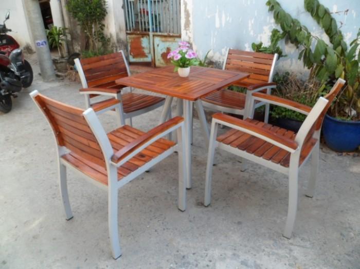 Cần thanh lý bàn ghế gỗ chân sắt giá rẻ..0