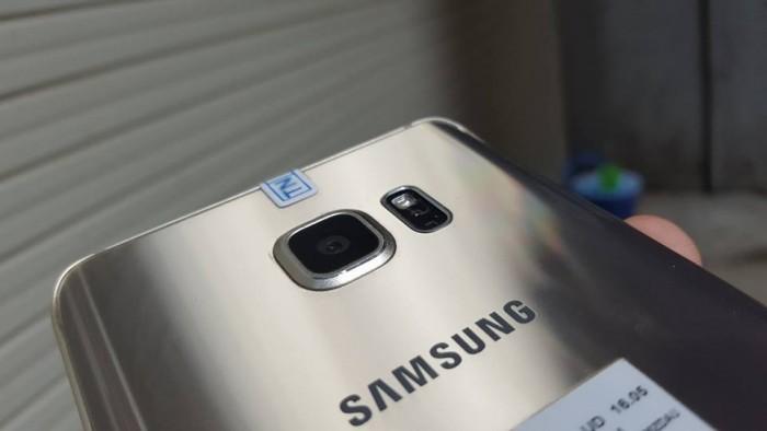 Thiết kế của Samsung Galaxy Note 5 cũ: Samsung Galaxy Note 5 cũ sỡ hữu thiết kế nguyên khối với chất liệu kim loại, 2 mặt kính phủ lớp kính cường lực bảo vệ tốt hơn khỏi những va đập. Mặt lưng của máy được vát cong nhẹ hai cạnh tinh tế và sang trọng