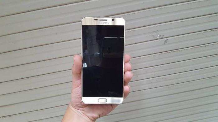 Camera của Samsung Galaxy Note 5 cũ: Samsung Galaxy Note 5 cũ like new được trang bị camera sau độ phân giải 16 MP, đèn Flash LED trợ sáng giúp chụp ảnh tốt trong điều kiện thiếu sáng. Bên cạnh đó với công nghệ chống rung quang học OIS, khẩu độ f/1.9 cùng các tính năng cao cấp như tự động lấy nét, nhận diện khuông mặt, kết hợp cùng chế độ chụp HDR, chụp toàn cảnh panorama cho bạn những bức ảnh ấn tượng nhất. Ngoài ra Galaxy Note 5 cũ còn có thể quay video chất lượng 2160p@30fps.