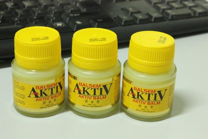 Dầu cù là Balsem Aktiv : PT. EAGLE INDO PHARMA  Thành phần : Menthol: 155 mg. Dầu Khuynh Diệp: 195 mg. Methyl Salicylate: 80 mg. Long não: 40 mg.  Dầu bạc hà: 100 mg.  Chỉ định: Làm giảm chóng mặt, nhức đầu, đau lưng và ngứa do côn trùng cắn.  Mô tả: Chiết xuất từ những nguyên liệu tự nhiên. Sử dụng được cho trẻ em, thích hợp mang theo khi du lịch, pinic, dã ngoại…7