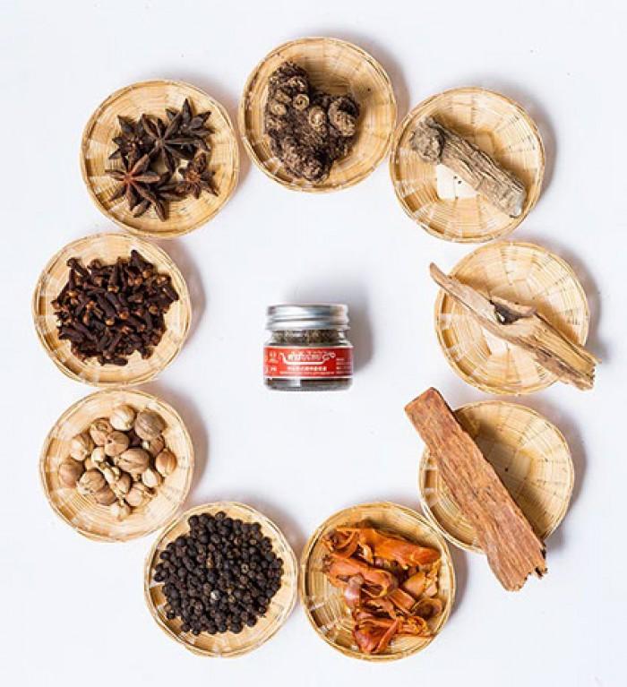 Thơm mát  sảng khoái mùi hương dài lâu.  Hội tụ hơn 9 loại thảo mộc như là đinh hương, hạt tiêu đen, bạc hà, long não, xuyên khung, vỏ quế, cây thuộc họ cà phê, cây hồi và các loại thảo mộc quan trọng khác.  Cách dùng: Hít thảo dược khi có triệu chứng về đường hô hấp : giúp giảm , chóng mặt, nhức đầu, hoa mắt, ngạt mũi hoặc là say xe, say tàu.2
