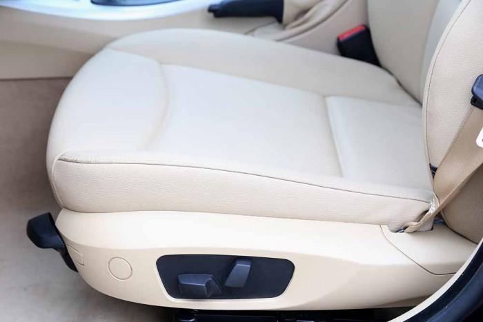 BMW 320i model 2010 3