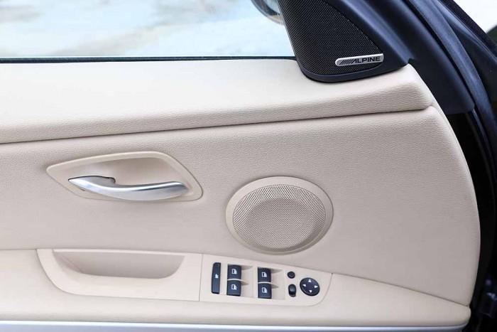 BMW 320i model 2010 25
