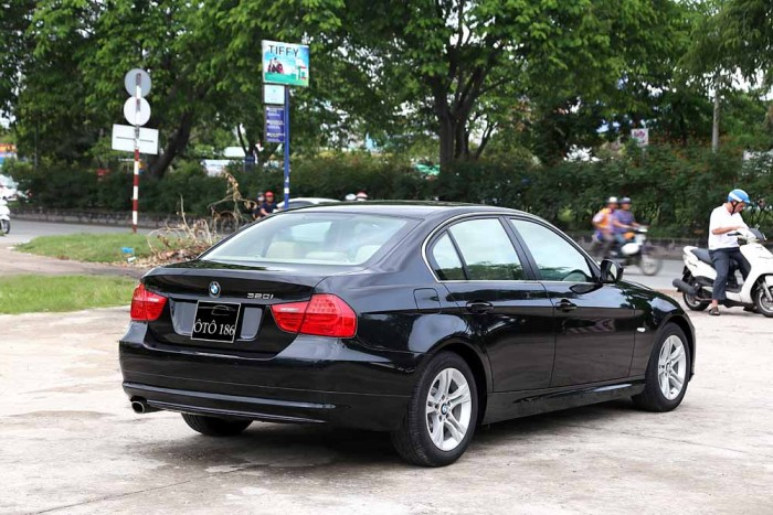 BMW 320i model 2010 24