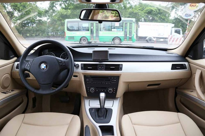 BMW 320i model 2010 16