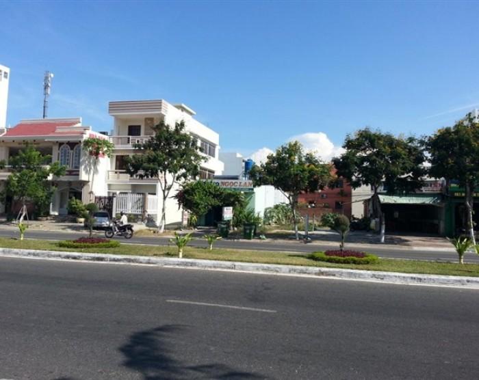 Bán gấp lô đất mặt tiền Nguyễn Hữu Thọ, gần BV Vinmec