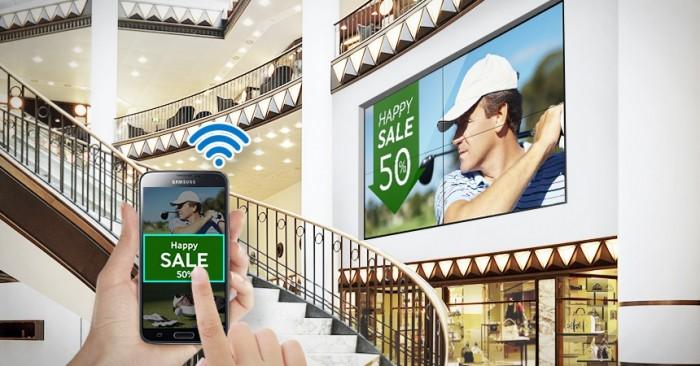 Màn hình kỹ thuật số UE46D được trang bị mô-đun Wi-Fi cho phép di chuyển thiết bị dễ dàng, chạy, chia sẻ và lên lịch phát nội dung mà không cần nhiều kết nối, người dùng có thể triển khai và quản lý nội dung ảo linh hoạt tối đa từ bất cứ đâu thông qua điện thoại thông minh, máy bàn hoặc máy tính bảng có kết nối Wi-Fi. Tính năng này lý tưởng cho những nơi khó lắp đặt hệ thống cáp.4
