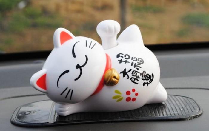 Mèo nằm thần tài may mắn được làm từ sứ cao cấp với nhiều hoa văn và màu sắc nổi bật0