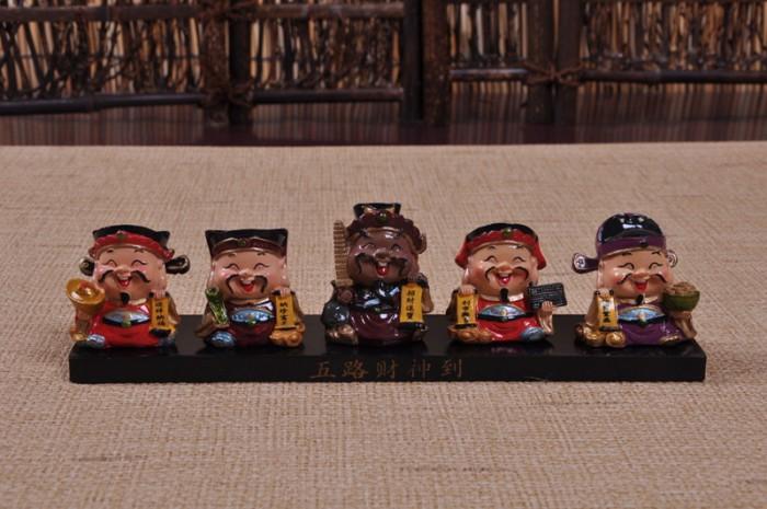 Bộ tượng 5 ông thần tài trang trí được làm từ đá cứng cáp, hạn chế vỡ, nứt khi có va chạm, tạo độ bền lâu dài theo thời gian.0