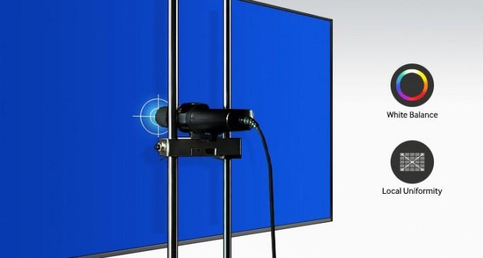 Bất kỳ độ sáng bất thường và không chính xác nào về màu sắc trên màn hình ghép Videowall đều có thể ảnh hưởng đến trải nghiệm hình ảnh của khách. Để loại bỏ sự bất thường màu sắc gây ảnh hưởng đến chất lượng hình ảnh chuyên nghiệp, màn hình ghép của Samsung dòng UDE có công nghệ chỉnh màu công nghiệp cao cấp với phần cứng đầy sáng tạo và những công cụ hiệu chỉnh màu sắc tuyệt vời dành cho người sử dụng. Một quy trình hiệu chỉnh màu sắc nhiều bước hàng loạt đảm bảo độ đồng nhất cao trong thể hiện màu sắc và độ sáng của hình ảnh bên ngoài, tránh gặp phải tình trạng khiến các studio phải hao tốn thời gian, công sức hiệu chỉnh lại sau khi trình chiếu. Sau khi hiệu chỉnh màu, các màn hình đưa ra một chuẩn chung nhất dẫn đầu trong ngành công nghiệp, với độ chính xác màu sắc đạt hơn 90% trên toàn diện tích màn hình. Quy trình hiệu chỉnh màu sắc cũng giúp cân bằng trắng ở mức độ cao.2