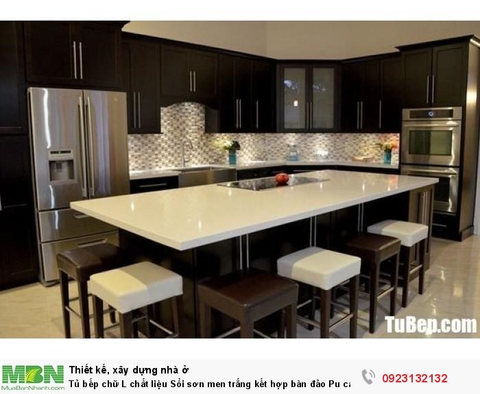 Tủ bếp chữ L chất liệu Sồi sơn men trắng kết hợp bàn đảo Pu cao cấp – TBN0071 + Chất liệu và xuất xứ: Chất liệu Sồi sơn men  + Màu sắc và đặc tính: nâu đen  + Hình dạng kích thước:Tủ bếp được thiết kế dạng chữ L theo phong cách bán cổ điển + Loại nhà và diện tích đặt bếp: Căn hộ gia đình, không gian phòng khoảng 20m2 + Dịch vụ cộng thêm: thiết kế miễn phí, theo dõi tiến độ online, tem chứng nhận, sms theo dõi bảo hành, bảo trì 24/7
