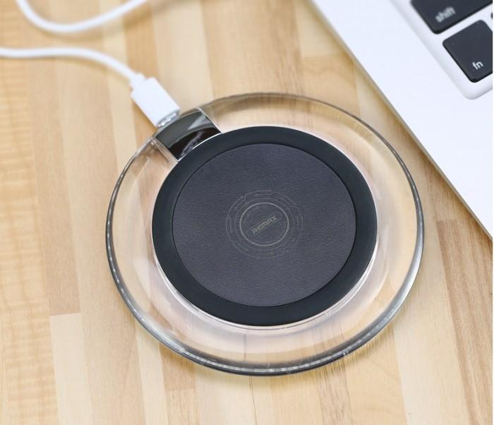 Đế sạc không dây Remax RP-W1 sử dụng chuẩn sạc Qi, hỗ trợ sạc cho hầu hết các thiết bị điện thoại có hỗ trợ tính năng sạc không dây với khoảng cách kết nối 10mm