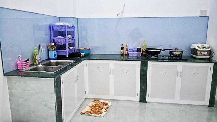 Phòng bếp rộng rãi, đầy đủ vật dụng, bạn có thể tự chuẩn bị bữa ăn cho mình.