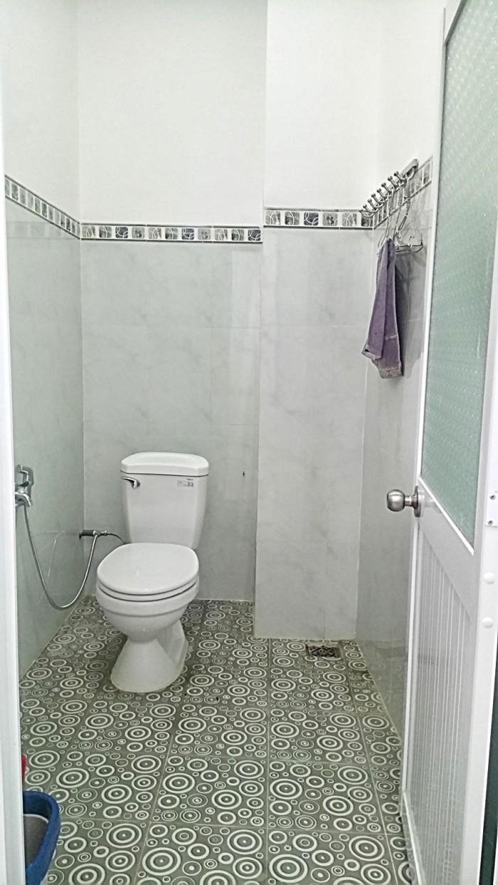 Toilet rộng, thiết kế chống trơn trượt.