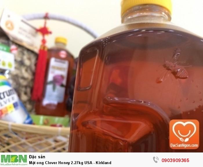 Logo nổi hình con ong trên thân chai mật ong Mật ong Mỹ Kirkland Clover Honey 2.27kg USA - phần phía trên thân chai8