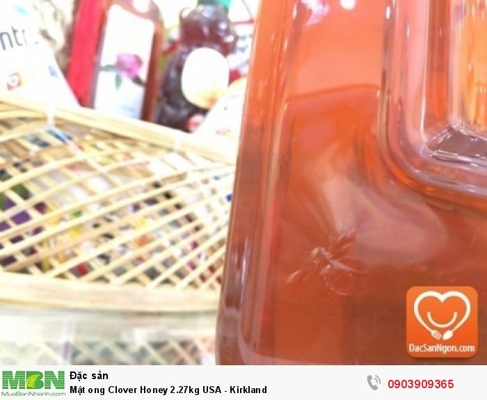 Logo nổi hình con ong trên thân chai mật ong Mật ong Mỹ Kirkland Clover Honey 2.27kg USA - phần phía dưới thân chai9