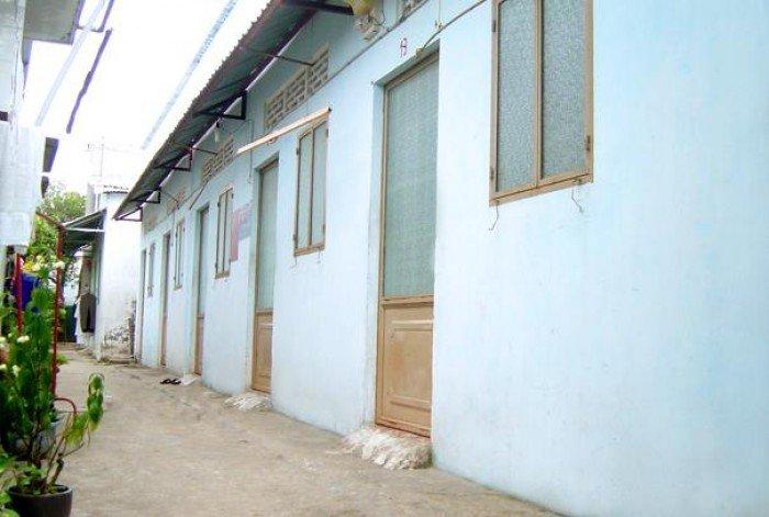 Dãy nhà trọ 489m2 gồm 16 phòng, ngang 12.8m, cách cầu Hiệp Phước 300m.