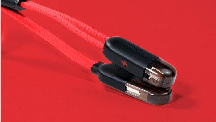 Đầu lightning và micro USB của cáp được thiết kế với phần vỏ bọc ngoài có t...