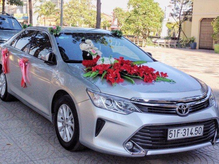 Dư xe nên cho thuê chiếc Toyota Camry 2015 biển kiểm soát 51F 314.50 và chiếc Kia Morning RIO 2016