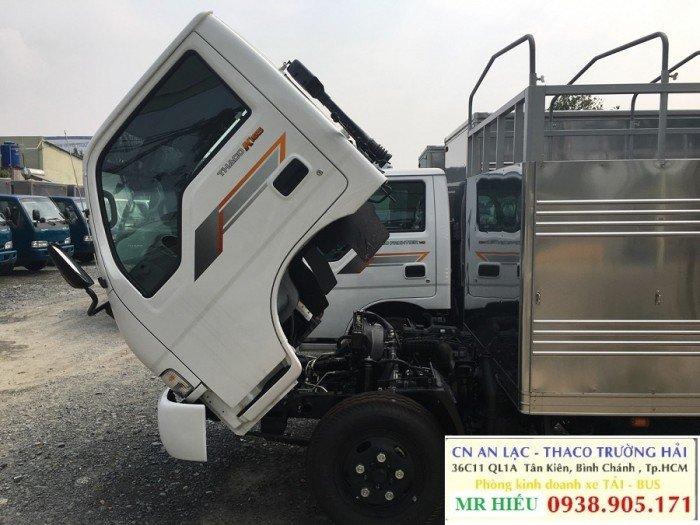 QUY CÁCH THÙNG XE TẢI KIA K165 2,4 TẤN THÙNG MUI BẠT Vách ngoài : Inox 430 dày 0.6 zem xe tải hyundai hd65 2,5 tấn thùng mui bạt Vách trong : tôn mạ kẽm dày 0.6 zem xe tải hyundai hd65 2,5 tấn thùng mui bat Đà dọc : U100 2 cây, bằng săt định hình dày 4 ly xe tải hyundai hd65 2,5 tấn thùng mui bạt Đà ngang : U80 13 cây, bằng sắt định hình dày 3 ly xe tải  2,5 tấn thùng mui bạt Sàn xe : bằng sắt sơn chống rỉ dày 2,5 ly xe tải hyundai hd65 2,5 tấn thùng mui bạt Cửa sau : mở theo dạng container xe tải hyundai