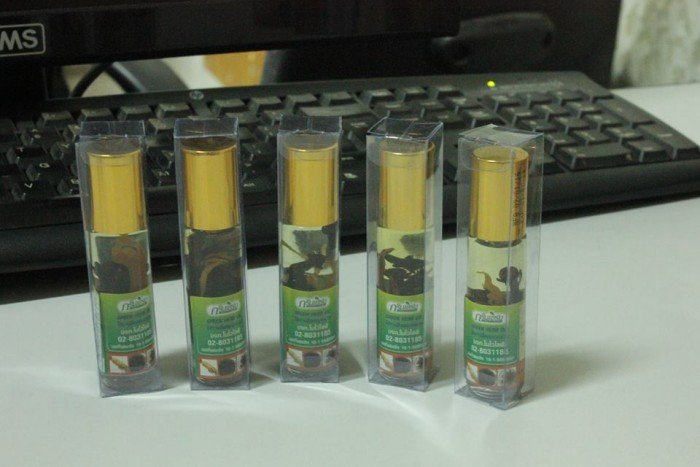Với mùi thơm đặc trưng dầu lăn tinh dầu nhân sâm 8cc được chiết xuất từ nhiều loại thảo dược quý, với mùi thơm đặc trưng sẽ mang lại cho bạn cảm giác dễ chịu. Sản phẩm được người dân Thái Lan và các nước rất ưa dùng. Dung lượng: 8cc (8ml) Công dụng: + Thoa ngoài trị các bệnh ngoài da, đau đầu, đau bụng, giảm đau cơ, đặc biệt trị cảm cúm rất công hiệu. + Hít thông mũi, mang lại tinh thần sảng khoái. + Có thể nếm vào miệng để trị nhức răng,24