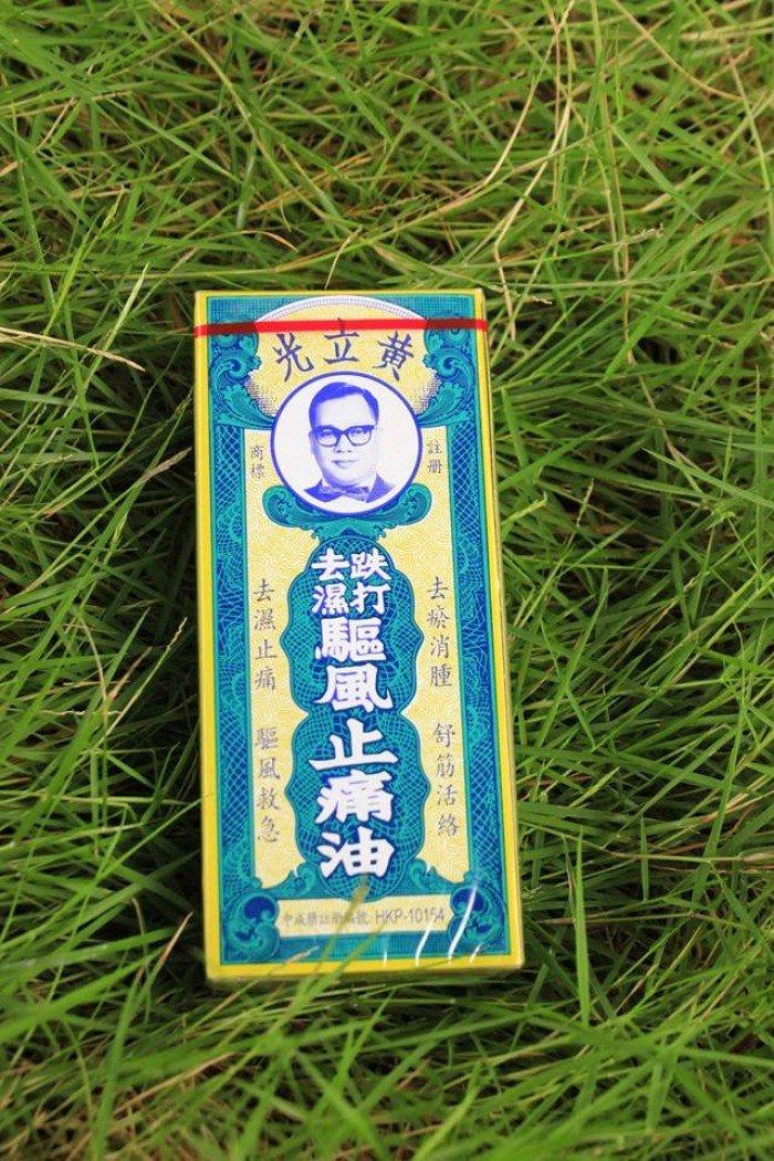 Dầu nóng Trật Dã Huỳnh Lập Quang là sản phẩm nhập khẩu 100% từ Hồng Kông. Là một sản phẩm dầu nóng Đông Y được bào chế từ các dược liệu quý hiếm. Sản phẩm rất hiệu quả chủ trị đau nhức cơ bắp, làm tan vết máu bầm do va đập, giảm đau nhức do vận động quá sức. Đặc biệt, xoa bóp rất hiệu quả để giảm nhức mỏi cho người già, đau nhức lưng, tê buốc chân tay, bỏng lửa, côn trùng đốt. Là sản phẩm không thể thiếu trong mỗi gia đình. - Dùng trị bỏng nhẹ, nhất là bỏng bô bôi ngay, sẽ hết cảm giác bị rát và không bị sưng phồng. - Trẻ con bị ho do thời tiết, nằm điều hòa, bôi vào cổ và gan bàn chân sẽ hết ho. - Bị muỗi hoặc côn trùng đốt, bôi vào sẽ đỡ ngứa và không bị sưng nữa. - Người già bị đau cơ, mỏi khớp, hoặc đau do chơi thể thao dùng để xoa bóp cũng rất hiệu quả. - Đứt tay thì bôi xung quanh vết thương cũng hết cảm giác đau và không bị sưng. - Nếu bị mụn bọc, cũng có thể bôi dầu, nó sẽ xẹp dần và không sưng lên nữa.22