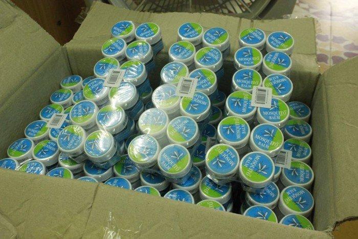 Dầu thoa trị muỗi đốt Mosquito Balm Thái Lan thoa trị muỗi đốt trị côn trùng cắn, bong gân. Sản phẩm được sản xuất bởi bệnh viện Yanhee nổi tiếng nhất Thái Lan chuyên trị vết cắn do các loại công trùng như muỗi, ong, kiến…giảm sưng, viêm, đau. Ngoài ra còn các tác dụng chữa bong gân, đau nhức xương khớp, thấp khớp, viêm khớp và trị chóng mặt, buồn nôn… Đặc biệt, để muỗi và các loại côn trùng tránh xa cơ thể con người, nên thoa lên người một ít trên da: tay, chân, cổ … mùi hương sẽ lan tỏa khắp cơ thể, các loại muỗi, côn trùng sẽ tránh xa. Thời gian kéo dài đến 8h sau khi bôi lên da. – Quy cách: Hộp – Trọng lượng: 13g – Xuất xứ: Thái Lan.16