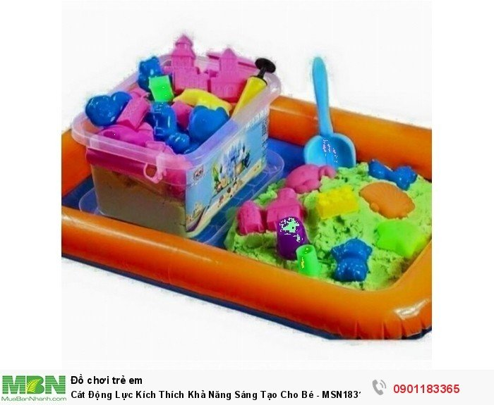 Bộ đồ chơi cát động lực bao gồm 1 bể, 30 chi tiết kèm bơm, 2 kg cát giúp bé tạo dựng các chi tiết cấu thành tòa lâu đài cho mình từ cát nặn.1