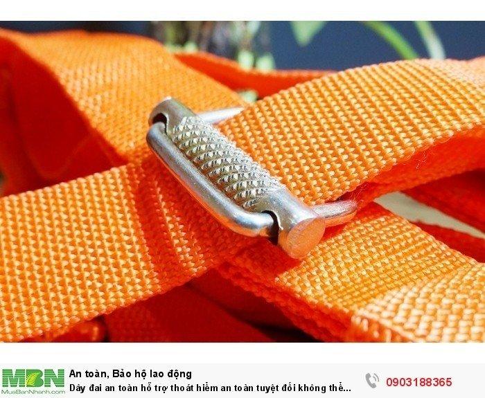 Chốt khóa lưng được làm bằng thép cứng, bề mặt được làm dạng gai, giúp tăng bộ bám lên mức tối đa, giữ dây lưng không bao giờ bị tụt ra, rất an toàn.