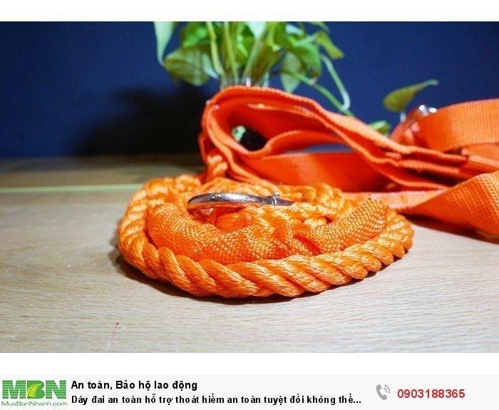 Dây móc cũng được làm bằng sợi tổng hợp, những được bệt theo dạng dây thừng đường kính 1.5cm, rất chắc chắn, với độ dài 1.6m sẽ rất tiện dụng.