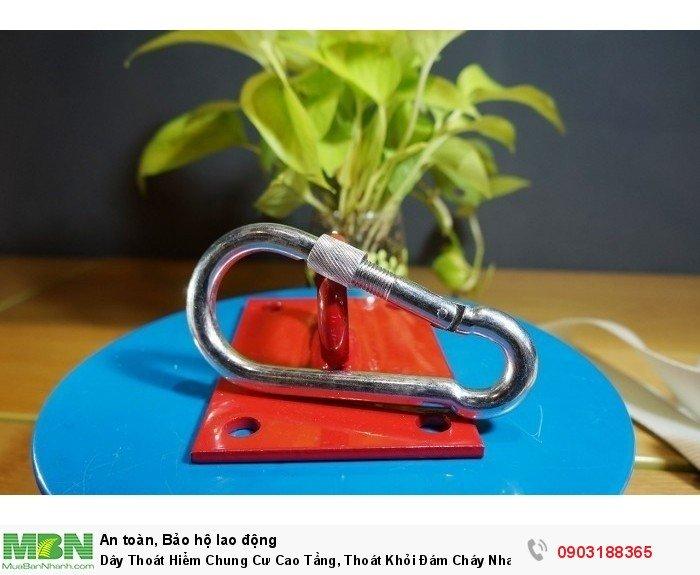 Móc an toàn đựợc làm bằng thép cao cấp, với đường kính thanh là 1cm, có khả chịu lực cao. Kết hợp với chốt khóa vặn an toàn, giúp móc không bị bung với bất kỳ tác nhân nào tác động lên.