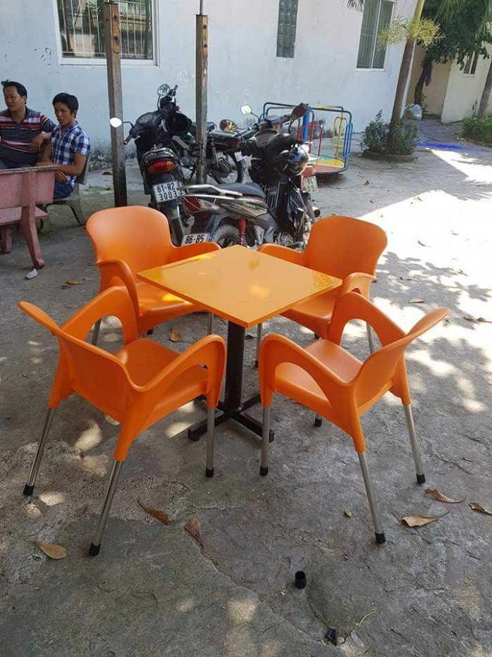Bàn ghế cafe nhựa đúc1