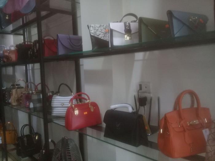 Sang nhượng cửa hàng túi xách , giầy dép , quần áo thời trang nữ DT 40 m2 mặt tiền 3 m gần KĐT Văn Phú