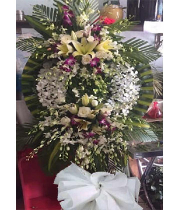 vòng hoa viếng đám tang được làm từ hoa lan trắng, hoa lan tím, hoa hồng và hoa lily. dịch vụ hoa tang lễ giao tận nhà0